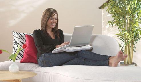 Девушка и её подставка для ноутбука
