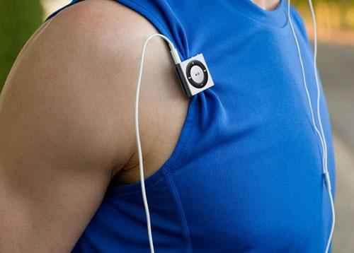 iPod shuffle 4G (прикреплённый к одежде)
